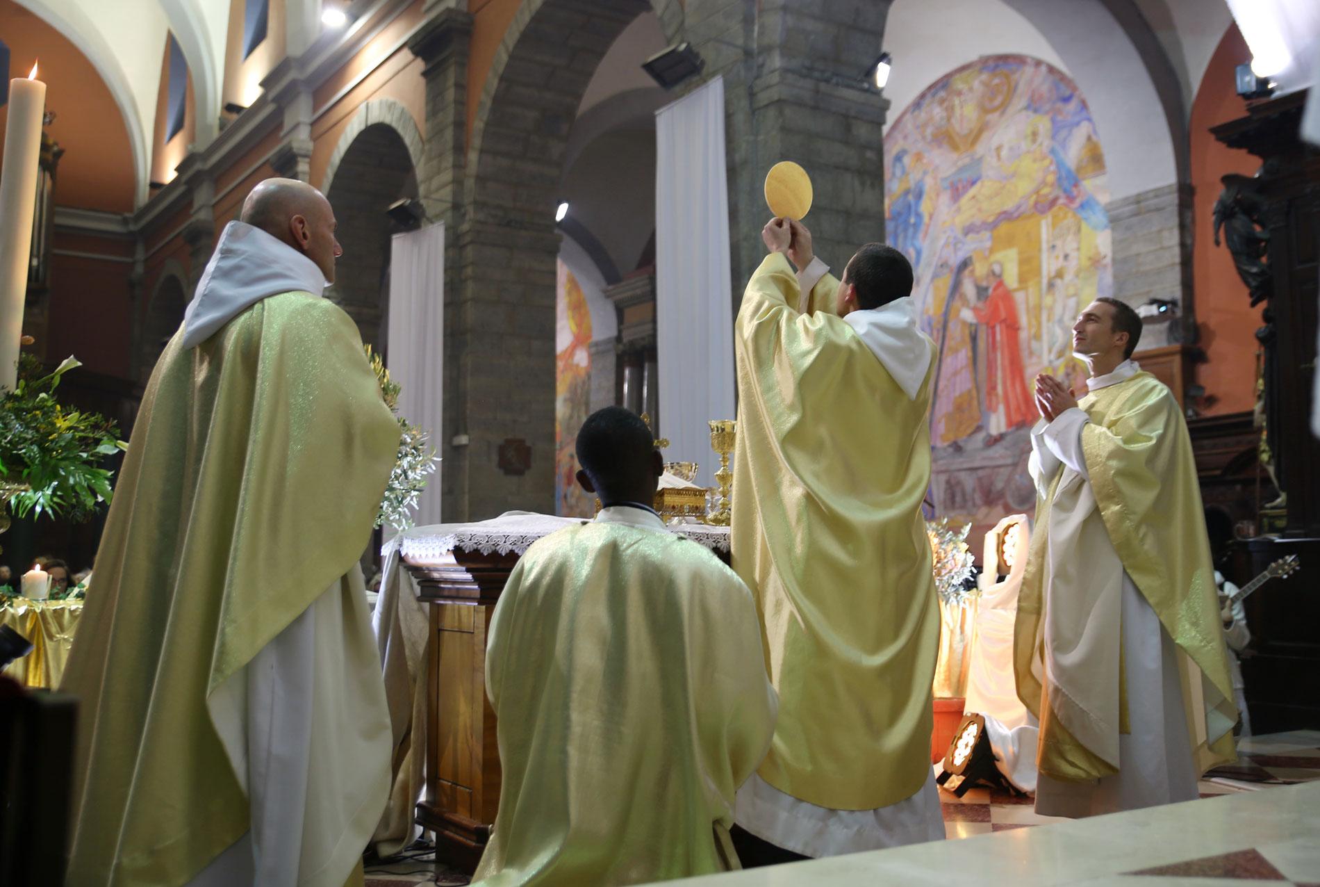 «Les saints prêtres ne tombent pas du ciel, ils sont enfantés par la prière !»